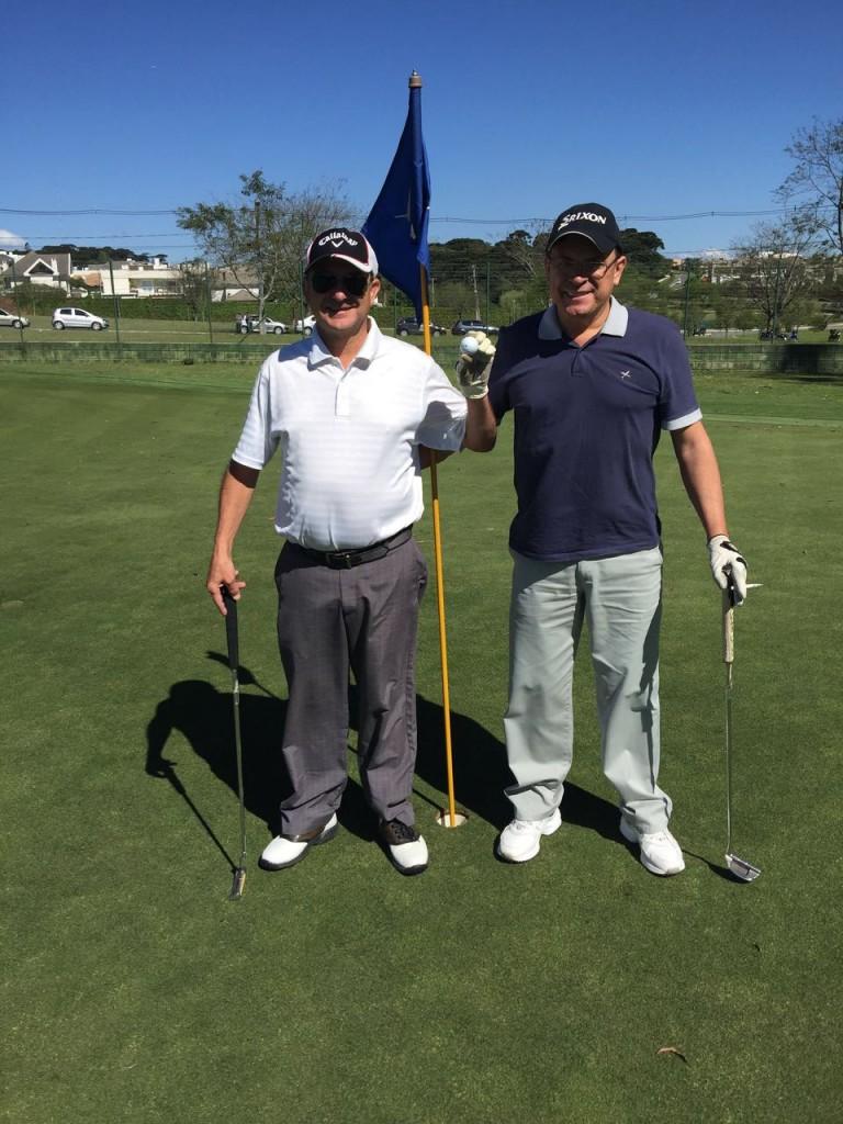 A esquerda o Sr. Paulo Moraes (camisa branca) e a direita o seu irmão Vanderley Moraes (camisa azul).